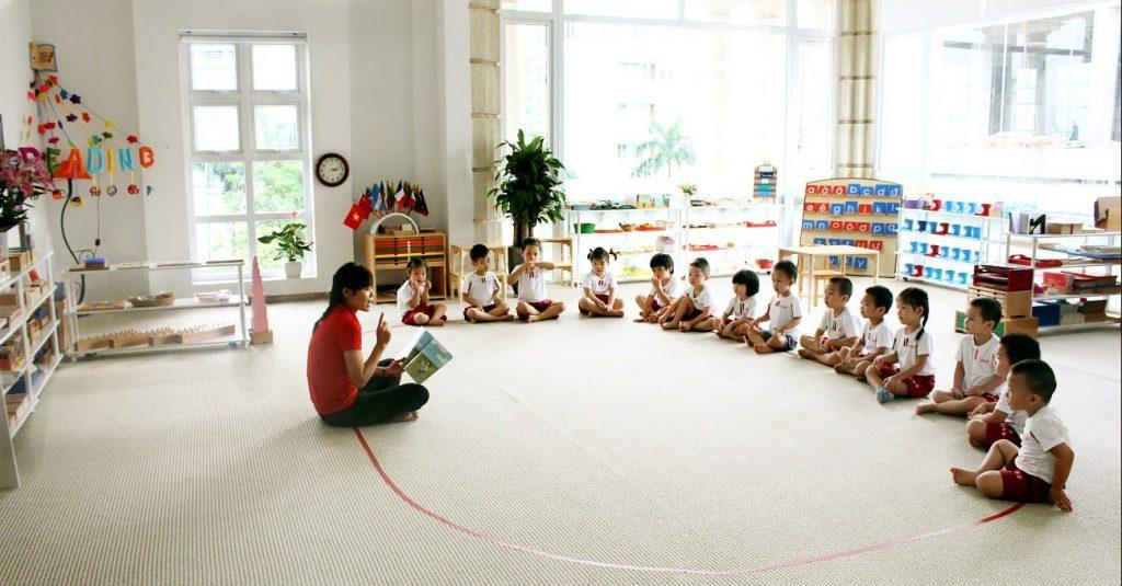Trong lớp học Montessori, trẻ được tự do khám phá và tìm hiểu rất nhiều các lĩnh vực khác nhau. Giáo viên chỉ đóng vai trò là người hỗ trợ trẻ khi trẻ cần.