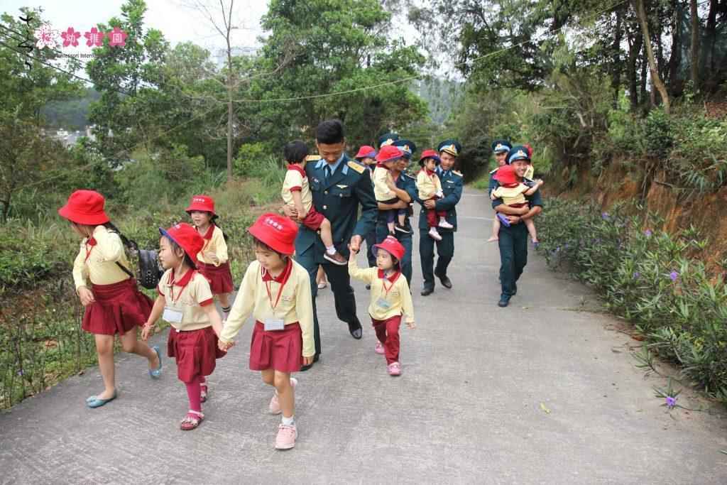 Khoảnh khắc hành quân đáng nhớ cùng các chú bộ đội, cô giáo và bạn bè