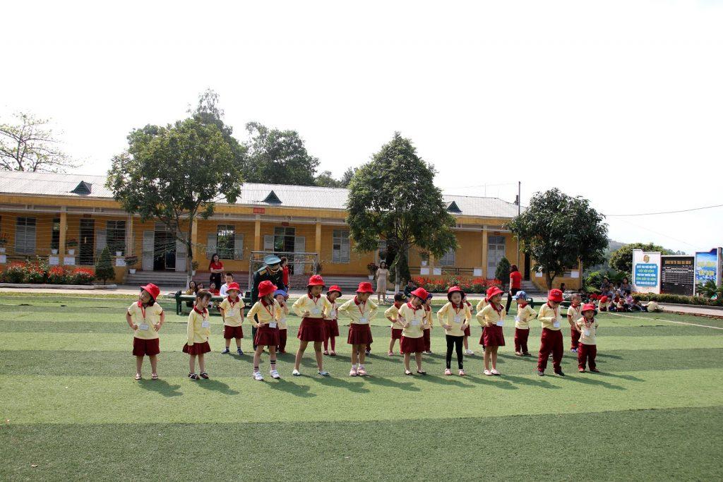 Các bạn nhỏ Sakura Montessori Hạ Long trải nghiệm vận động dưới sự hướng dẫn của bộ đội Phòng không - không quân