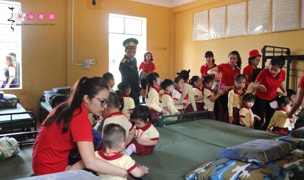 Các bạn nhỏ mầm non quốc tế tham quan khu sinh hoạt của bộ đội Phòng không - Không quân
