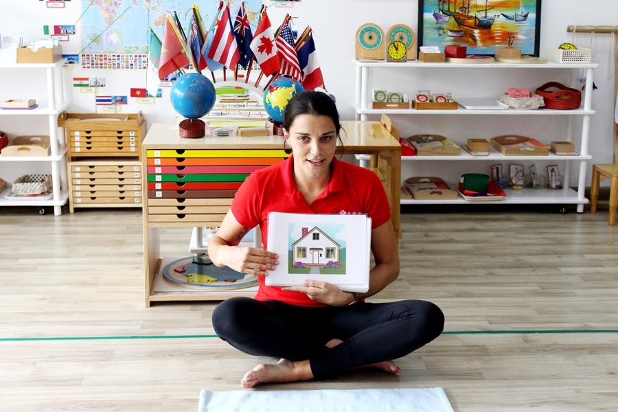 Trong các giờ học tiếng Anh ở Sakura Montessori, giáo viên bản ngữ luôn khơi gợi sự hứng thú khám phá ngôn ngữ ở các bạn nhỏ với những minh họa sinh động và ấn tượng.