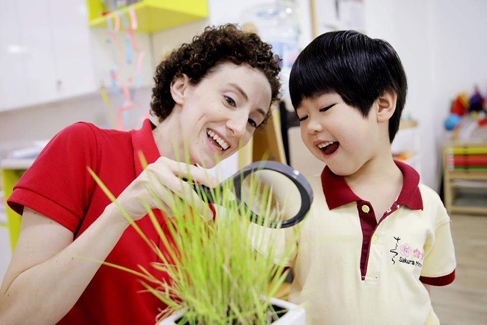 Tại Sakura Montessori, các bạn nhỏ được khuyến khích thể hiện vốn tiếng Anh của mình trong giao tiếp với thầy cô, bạn bè để cùng trải nghiệm những bất ngờ thú vị và ấn tượng nhất.