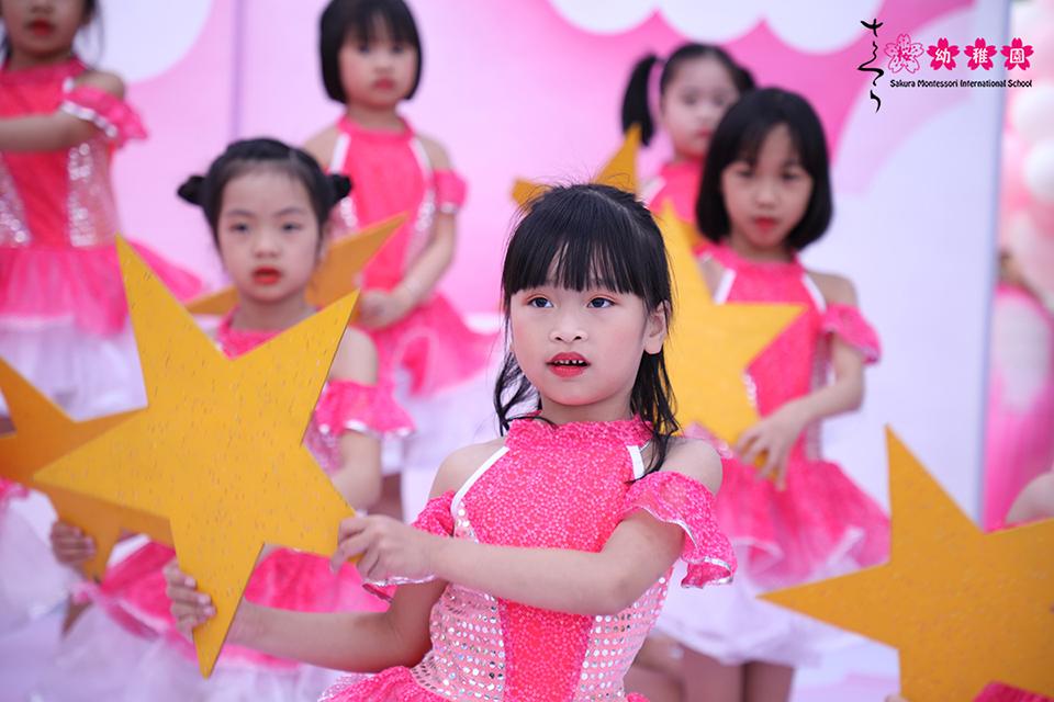hoc-sinh-mam-non-quoc-te-sakura-montessori-ha-long-hao-hung-voi-crazy-day-2