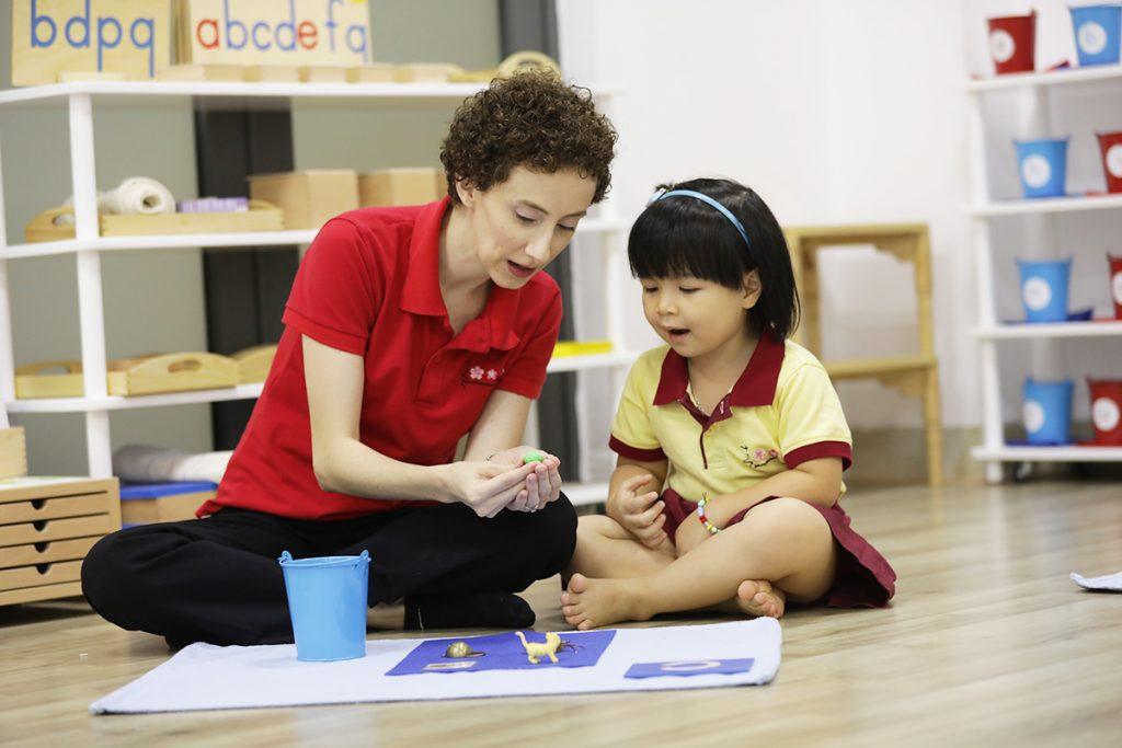"""Bài 2: Làm sao để có được đức tính """"vâng lời"""" nơi trẻ theo phương pháp Montessori?"""