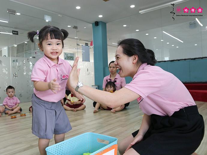 """Học âm nhạc qua """"bộ gõ cơ thể"""" và những vật dụng quen thuộc tại Sakura Montessori"""