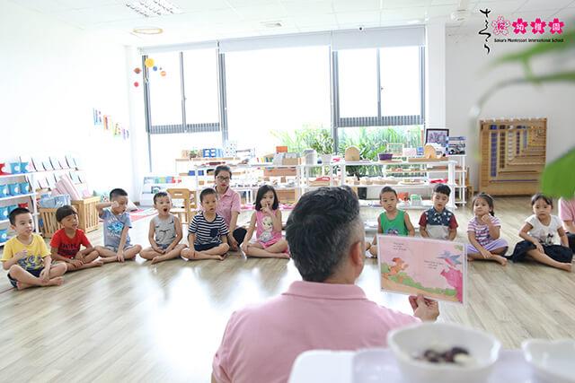 Giờ học tiếng Anh luôn kích thích các bạn nhỏ Sakura Montesori khám phá các lĩnh vực, trau dồi khả năng sử dụng ngôn ngữ