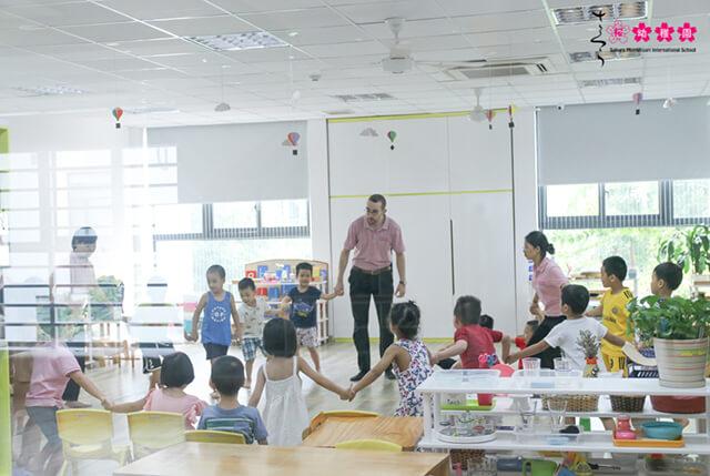 Các con thích thú khi vừa học vừa chơi, vừa ca hát trong giờ tiếng Anh